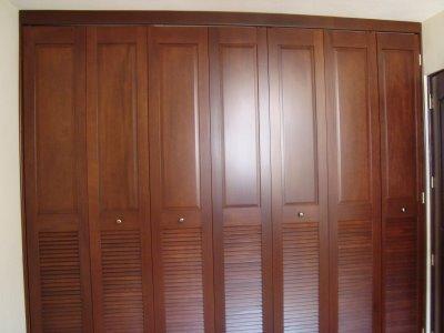 Closets de dise o de lolo morales maderasdenicaragua for Disenos de puertas de madera para closets